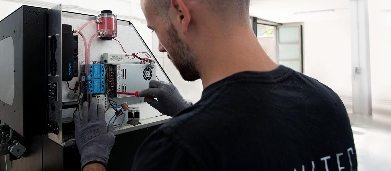 Tecnico Namitech effettua manutenzione su macchinari 3ntr