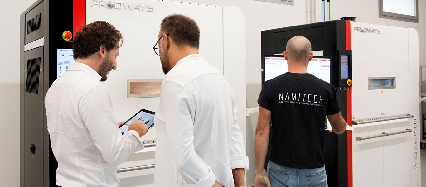 Tecnici Namitech mostrano a un cliente i servizi Prodways